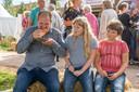 Erik Bosch verorbert een heerlijk broodje tijdens Chefs (R)Evolution, het tweejaarlijkse culinaire evenement van Jonnie en Thérèse Boer met een grote Boerenmarkt XL. Zijn kinderen willen liever wat anders eten...