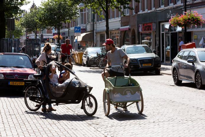""",,Op de trendy winkels en nieuwe appartementen komt een ander publiek af dan voorheen in de straat te vinden was"""", zegt hoogleraar Friso de Zeeuw, die gespecialiseerd is in gentrificatie. ,,Zoals mannen met baard en knotje en jonge gezinnen met bakfietsen."""""""