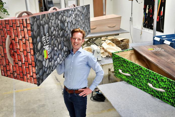 Koen Verlinden met een kist van Fair Coffins.