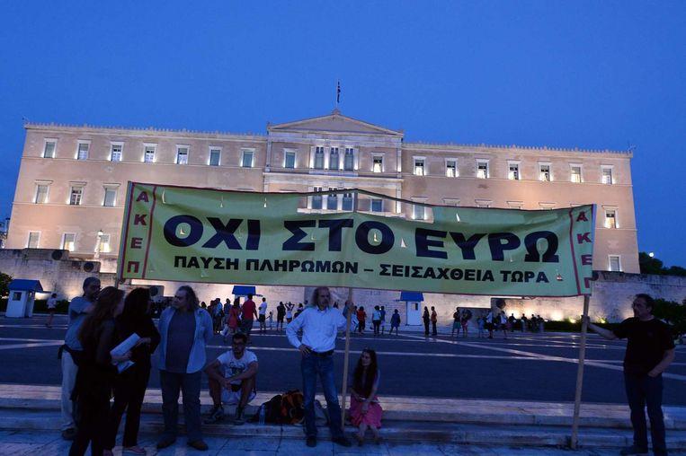 Betogers voor het Griekse parlement in Athene gisterenavond.