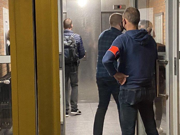 Antwerpse rechercheurs tijdens een van de zestien huiszoekingen. Daarbij werden vanmorgen dertien verdachten opgepakt. Tien van hen opereerden vanuit Antwerpen.