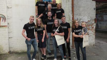 Nick Hollevoet lanceert Dei'jnzenoare T-shirts ter sponsoring van eerste productie in nieuw cc