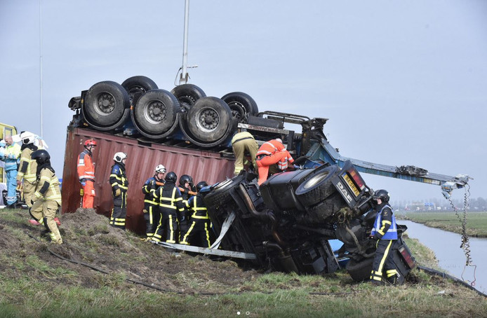 De vrachtwagen raakte zwaar beschadigd.