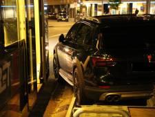 Auto staat rottig geparkeerd, tram kan er niet langs en loopt vertraging op