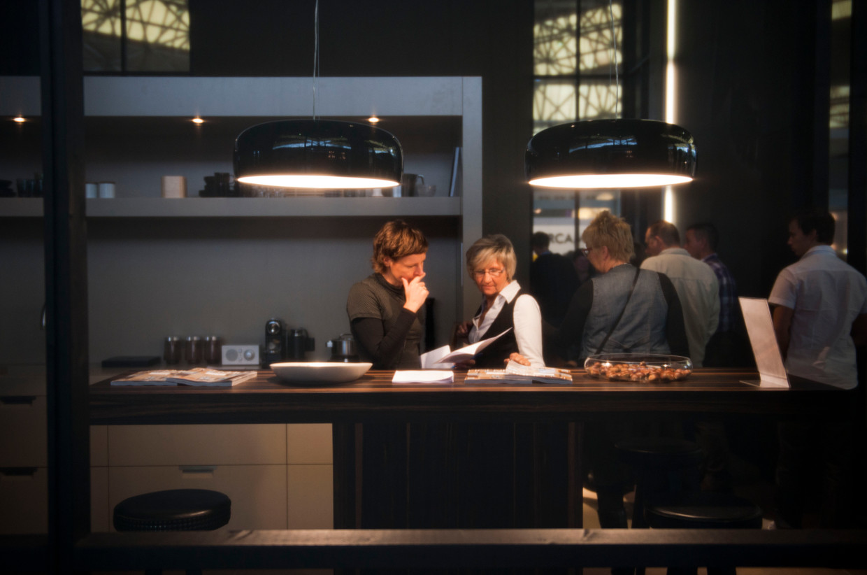 Bezoekers doen op de Woonbeurs in de Rai in Amsterdam ideeen op voor de inrichting van hun huis.  Beeld ANP