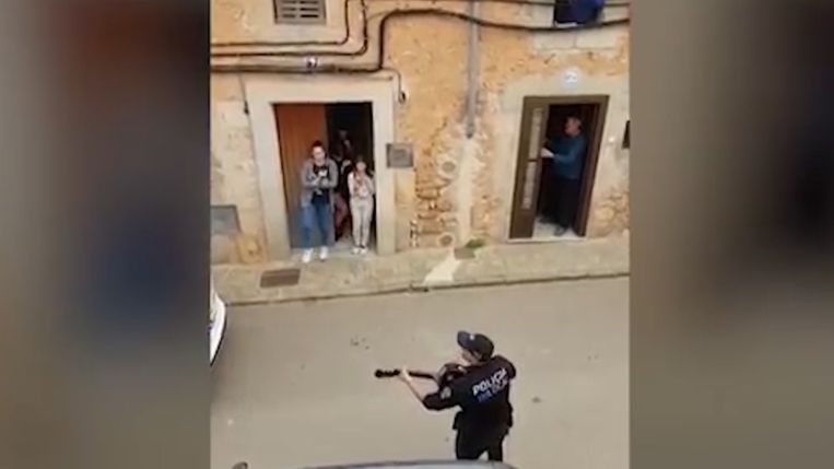 Politie zingt in de straten van Mallorca