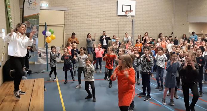 Actrice en danseres Ingrid Jansen heeft maandagmorgen de Week voor de Gezonde Jeugd gestart door te dansen met alle kinderen van basisschool De Wending en De Lavoor.
