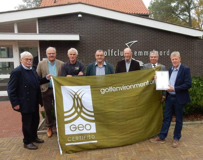 Het GEO-certificaat voor de Golfclub Emmeloord. Rechts voorzitter Willy Schutte.