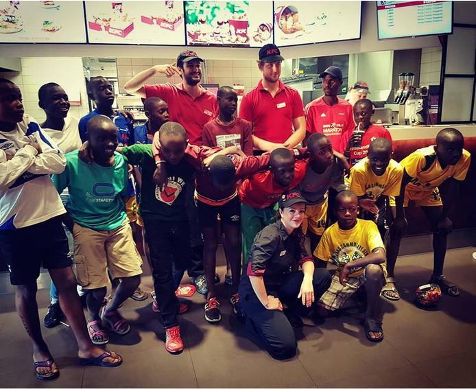 De groep Kenianen in het filiaal van KFC.