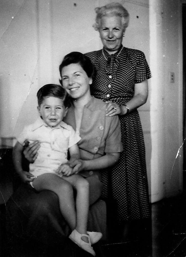 Pieter Kohnstam op schoot bij zijn moeder Ruth. Daarachter staat zijn oma Clara, ca. 1940 Beeld Privécollectie P. Kohnstam