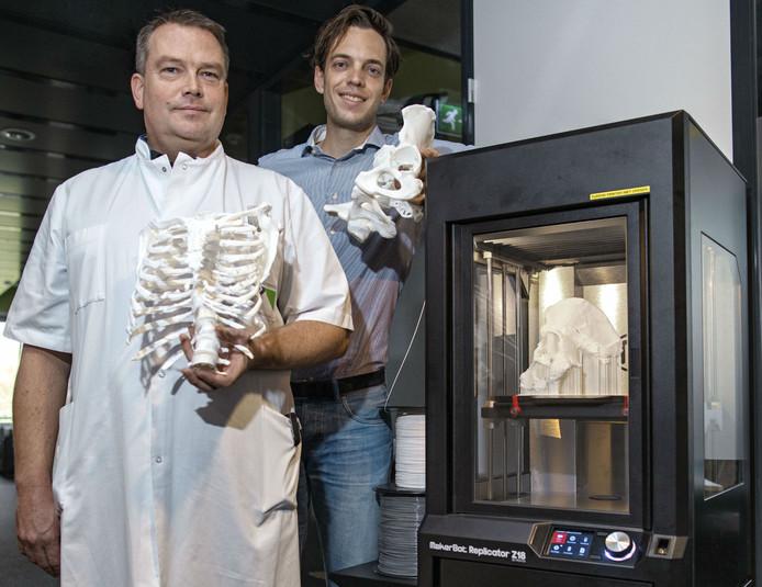 3D-printer in het Tilburgse Elisabeth-TweeSteden Ziekenhuis met links traumachirurg Mike Bemelman en rechts arts-onderzoeker Lars Brouwers van NAZB.
