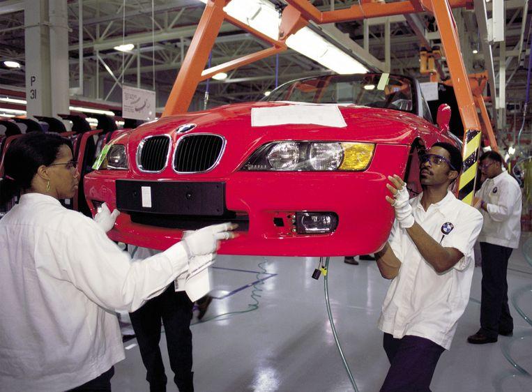Werknemers aan het werk  in de BMW-fabriek in het Amerikaanse Spartanburg (South Carolina). Foto uit 2002.