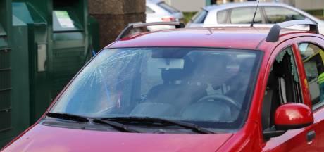Ramen van auto gesprongen bij botsing met snorscooter in Heeswijk-Dinther