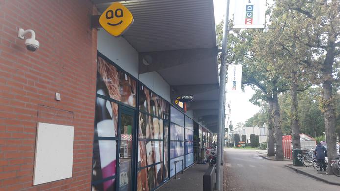 De Geldmaat in de gevel van de MCD-supermarkt in de wijk Meilust in Bergen op Zoom is het doelwit geworden van een plofkraak. De schade aan de pui viel mee, er zit tijdelijk een plaat op de muur in afwachting van een nieuw exemplaar.