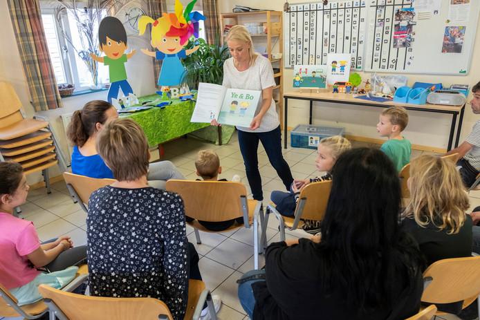 Gerdien Janse vertelt op Kinderboerderij De Punt over de energie-ontdekkingsreis van Ye en Bo.