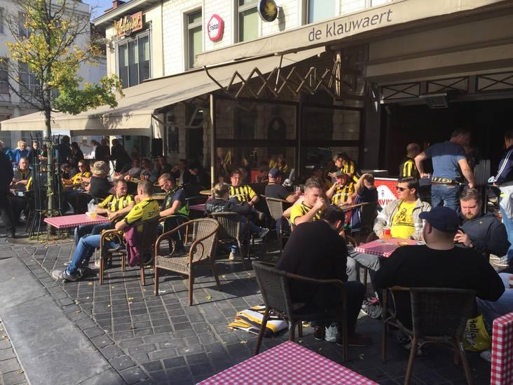 Supporters Vitesse nemen bezit van centrum Waregem