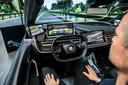Toeleverancier ZF verwacht dat je het stuur in de toekomst op commando naar achteren kunt laten schuiven. Dat is zeer welkom in de zelfrijdende auto, waar de bestuurder achterover kan liggen en desnoods een dutje kan doen tijdens de rit