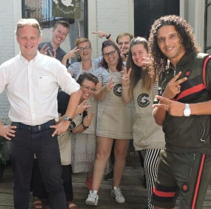 Zanger Ali B en burgemeester Pieter Verhoeve waren dinsdag op bezoek bij Brownies en Downies om te praten over tolerantie.