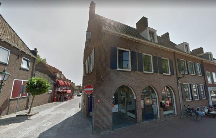 Albert Heller verlaat het kantoor van De Gelderlander in Rhenen.