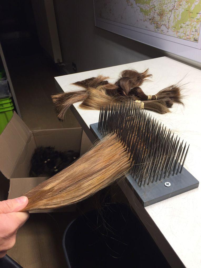 De haarwerken worden met de hand gemaakt.