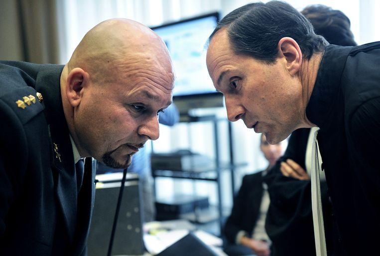 Overleg met zijn advocaat Geert Jan Knoops tijdens een proces in 2011. Kroon werd verdacht van drugs- en wapenhandel, maar vrijgesproken. Beeld Marcel van den Bergh / de Volkskrant