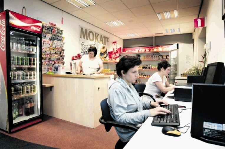 Het Poolse winkeltje, tevens internetcafé, van Sylwia Browcel (achter de toonbank) in het Limburgse Meteren. (FOTO BART VAN DER MOEREN) Beeld