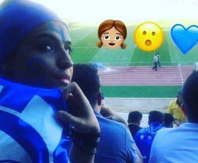 Sahar in de blauwe kleuren van haar favoriete voetbalclub.