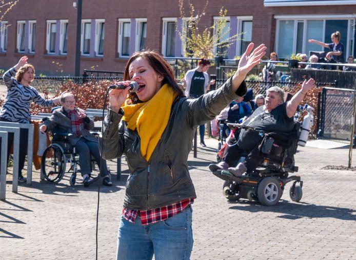 Marjon van Iwaarden zingt in de tuin van het Gasthuis in Middelburg