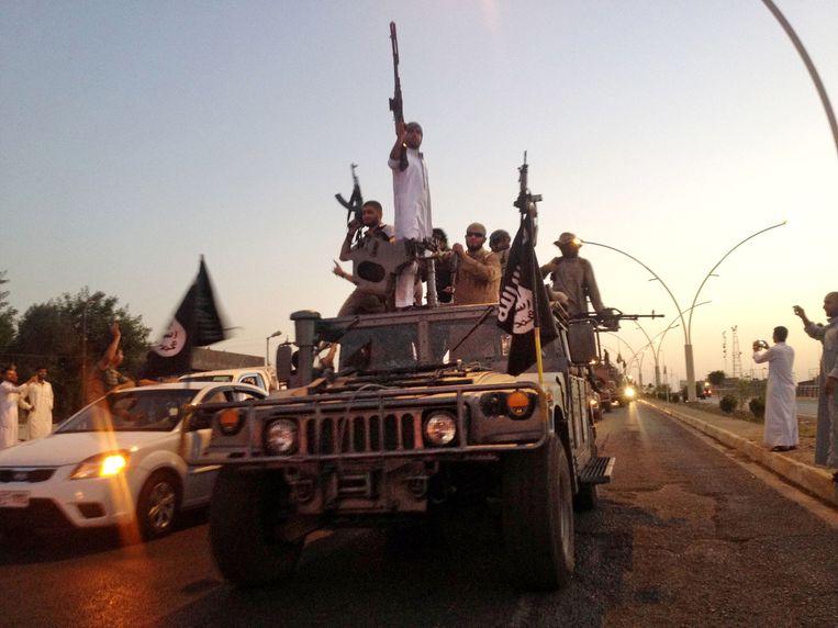 Archiefbeeld van paraderende IS-strijders in Mosoel.