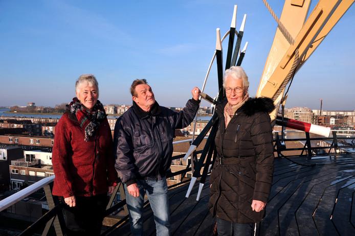 Van links naar rechts: bestuursleden Erna Steingröver (PR), voorzitter Jan Baan en penningmeester Tjepke Valk van Stichting Kyck over den Dyck op de stelling van de molen.
