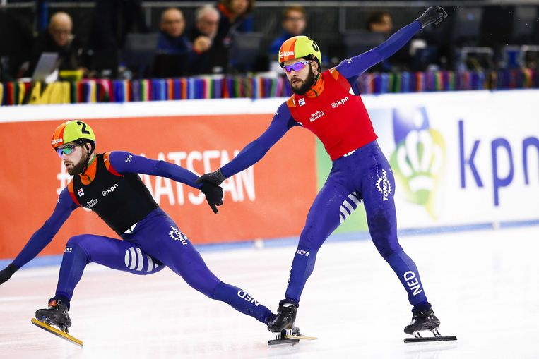 Sjinkie Knegt (rechts) en Daan Breeuwsma gaan onderuit op de finish van de halve finale 500 meter tijdens het NK shorttrack in Thialf.  Beeld ANP