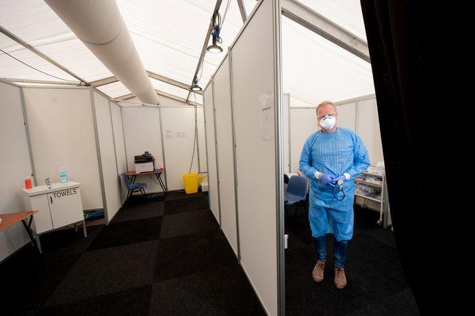 Ter illustratie: de deze week geopende spoedpost voor coronapatiënten bij Gelre ziekenhuizen in Apeldoorn.  Ook zorgverleners van Palliaterm gaan in beschermende kleding naar de patiënten.