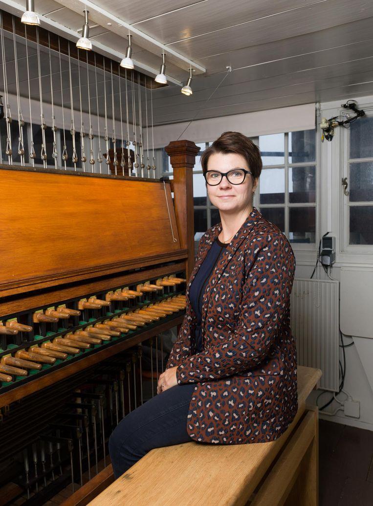Malgiosa Fiebig achter het carillon. Beeld Ivo van der Bent