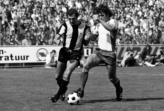 Henk 'Charly' Bosveld in actie tegen Willem van Hanegem. Foto Vitesse