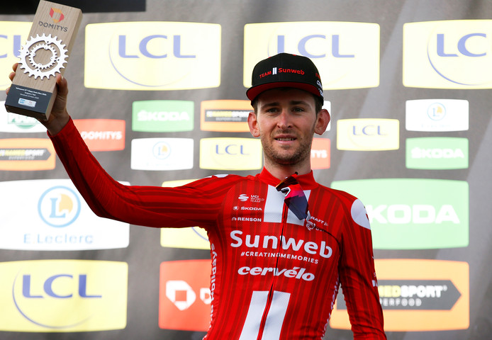 Tiesj Benoot viert zijn zege in de zesde etappe van Parijs - Nice.