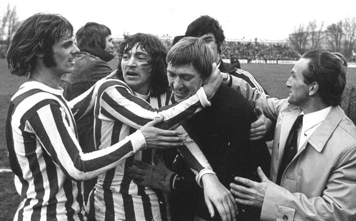 Pim Doesburg wordt als gevierde man bij Sparta omhelsd door ploeggenoot Nol Heijerman.