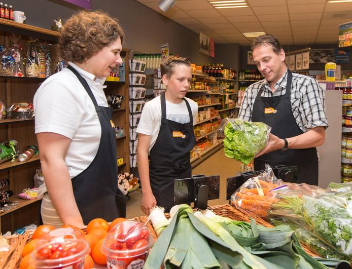 Ondernemersechtpaar Ad en Hannah Krijger runt nu tien maanden met succes de dorpssupermarkt in Waarde.