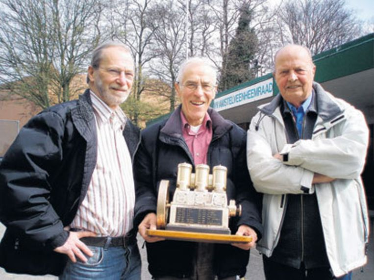 Henk Groenendijk, Ad Groenendijk en Gerrit van den Heuvel (vlnr) met de in 1960 gewonnen Kromhoutmotor. Foto Edwin Schoon. Beeld