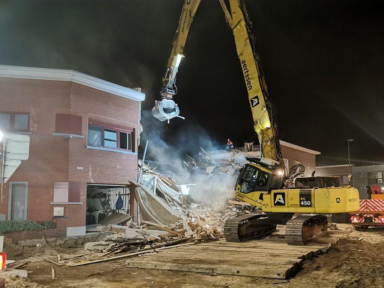 Een kraan brak de zijmuren die dreigden in te storten, af.