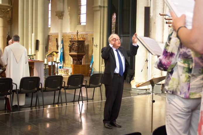 Harrie Muskens tijdens zijn laatste dienst als dirigent van het Lambertuskoor in Etten-Leur.