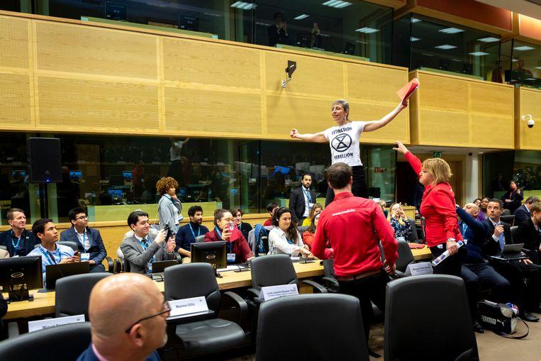 De toespraak werd vier keer verstoord door manifestanten met t-shirts met daarop het opschrift 'Declare climate emergency now'.