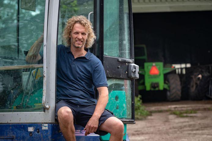Arjen Verschure op zijn erf in Schokland.