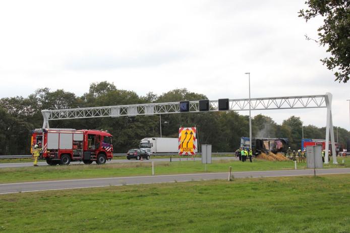 De brandende vrachtwagen op de A1 maandagmiddag.
