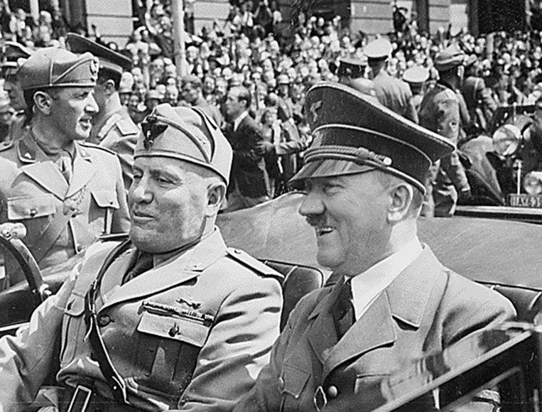Benito Mussolini en Adolf Hitler in 1940. Beeld null