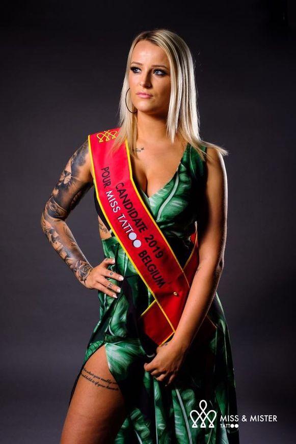 Joy Vanmellaerts strijdt voor het lintje van Miss Tattoo.