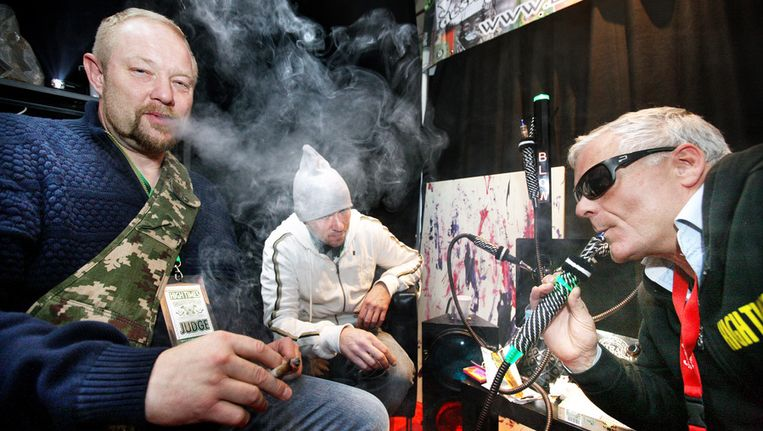 Standhouder Arthur van den Berg, rechts, laat zich niet onbetuigd. Beeld Jean-Pierre Jans www.jeanpierrejans.nl