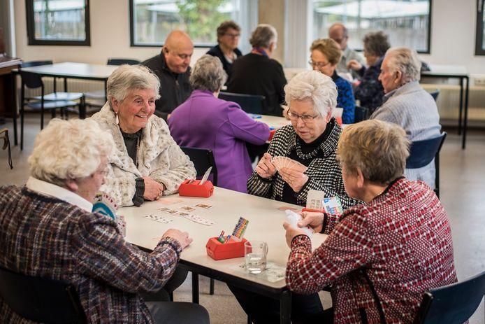 Samen bij de Stichting 55-plus bridgen op de zondagochtend, het is een uitkomst voor menigeen.