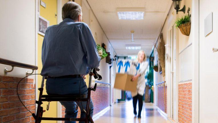 Steeds minder ouderen zitten in een verzorgingshuis. Dat werkt ongelukken in de hand. De personen in beeld maken geen deel uit van het verhaal. Beeld Anp