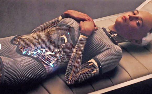Beeld uit de film 'Ex Machina', waarin een artificieel intelligent wezen een man verleidt.