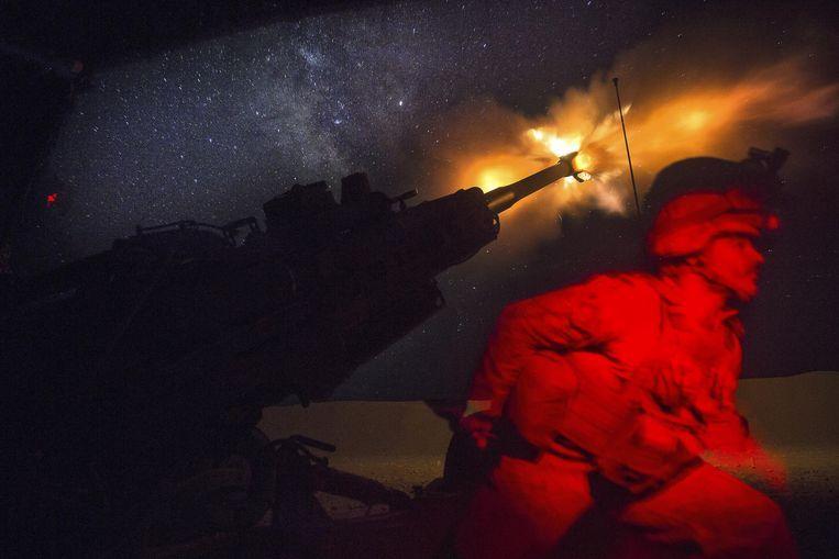 Amerikaanse mariniers bestoken IS-strijders in Syrië. Volgens Trump is IS verslagen, reden waarom hij de soldaten in Syrië terugtrekt. Beeld null